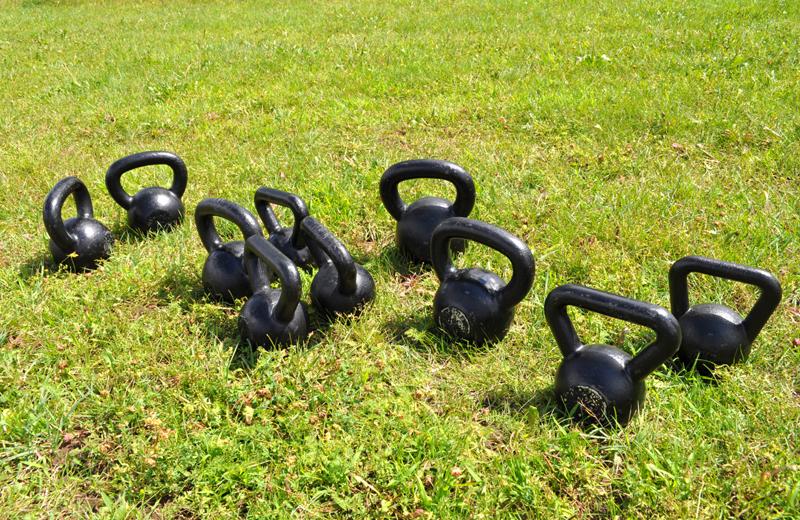 Тренировки босиком на свежем воздухе с гирей