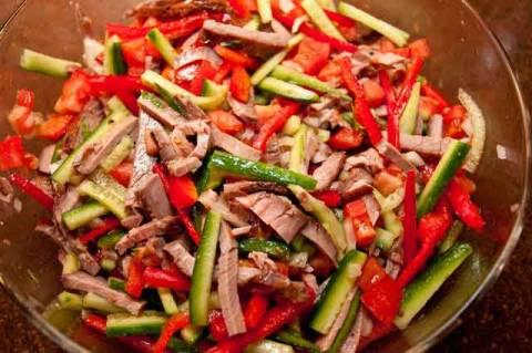 Слоеный салат с курицей и грибами: очень вкусный рецепт с ...